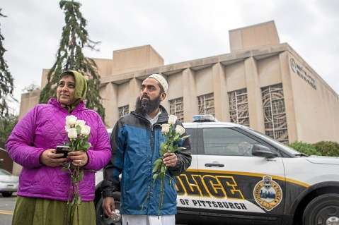 181029-pittsburgh-synagogue-shooting-muslim-community-flowers-se-311p_588566b54129e0af99cdb0f158cc50e1.fit-2000w