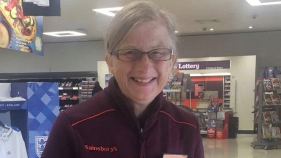 this-supermarket-keeps-retraining-an-employee-with-dementia-so-she-doesnt-have-to-stop-working